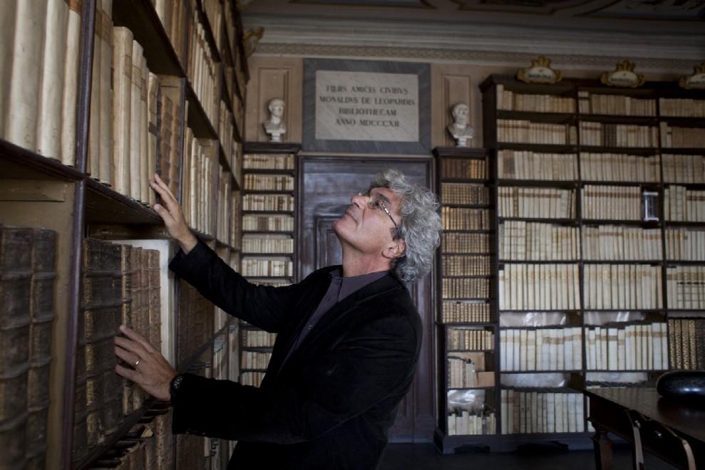 il regista Martone nella Biblioteca di casa Leopardi