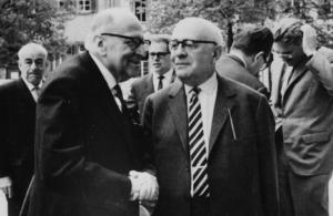Max Horkheimer (a sinistra), Theodor Adorno (a destra) e Jürgen Habermas dietro a destra, nel 1965 a Heidelberg