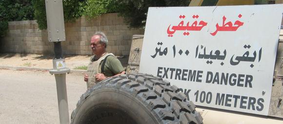 Pagetti con cartello Danger in arabo