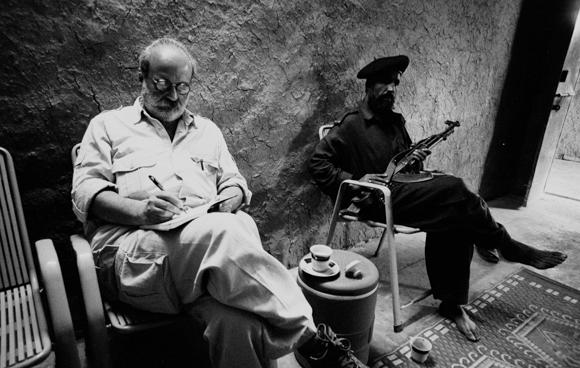Pagetti seduto con soldato B-N
