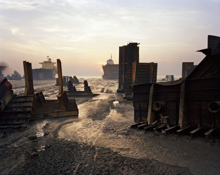 Rottamazione di una nave n. 13, Chittagong, Bangladesh 2000. Edward Burtynsky, courtesy Flowers, London & Nicholas Metivier, Toronto